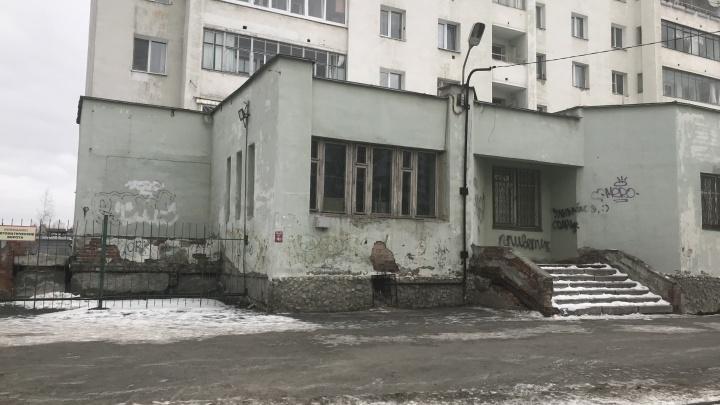 «От нас зависит работа аэропорта»: жители Кольцово пожаловались на нехватку врачей в больнице