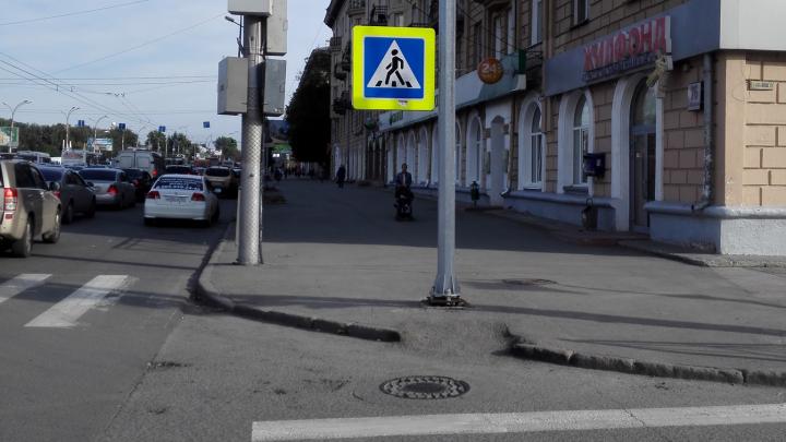 На Кирова поставили столб посередине тротуара