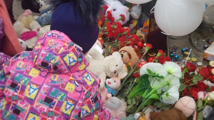 «Так проще пережить»: курганцы пришли в Детский парк на траурную акцию памяти жертв пожара в Кемерово