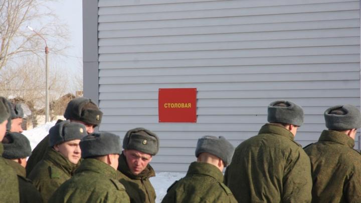 Новосибирских военных начали кормить бутербродами и карамелью из-за морозов