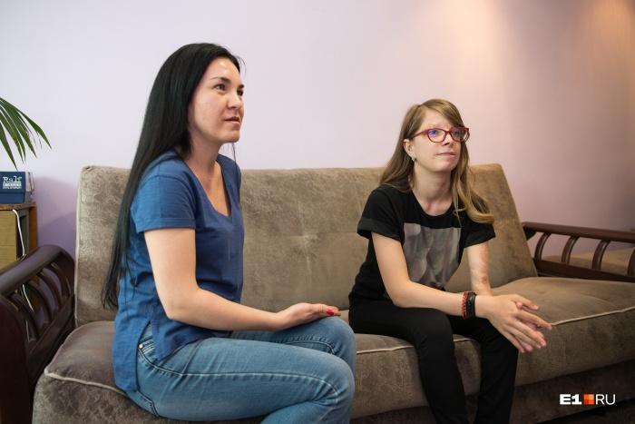 Алина с мамой, недавно девочке исполнилось 15 лет