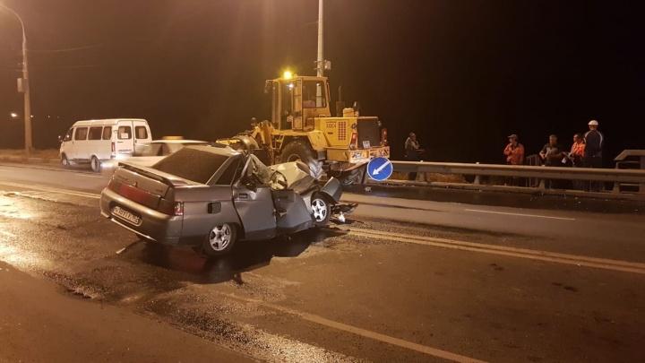 «ВАЗ прошел через мясорубку»: на Южном мосту «десятка» догнала трактор