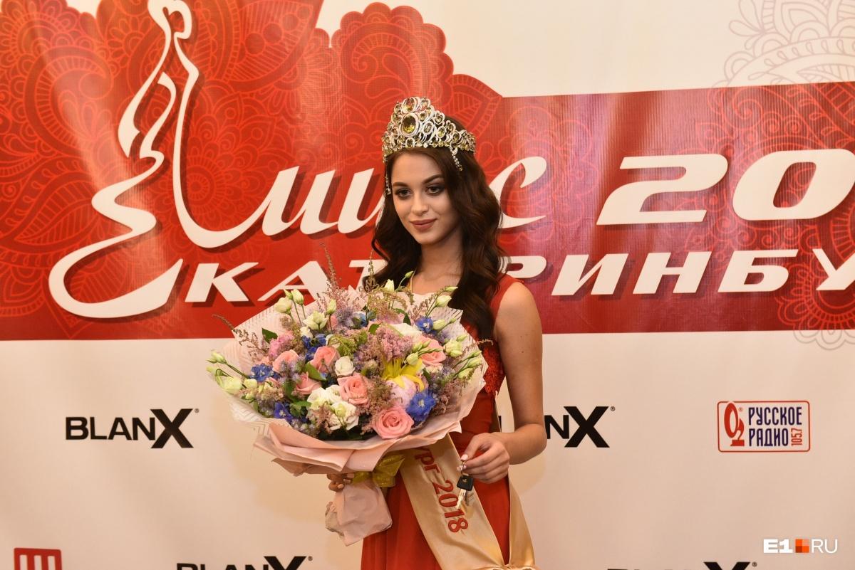 Красивые девушки, шпильки и шикарные платья: 30 самых ярких фото конкурса «Мисс Екатеринбург»