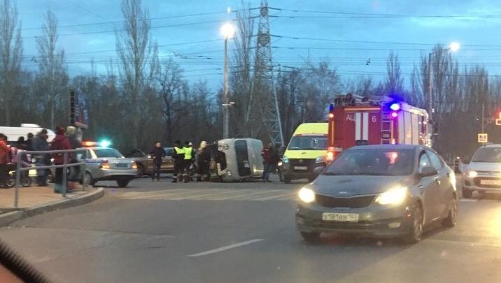 «Буханка» на боку: Московское шоссе сковала пробка из-за столкновения УАЗа и «Порше»