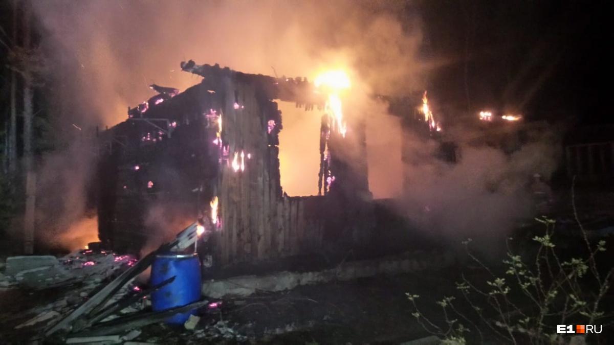 Пожар уничтожил два дома и баню