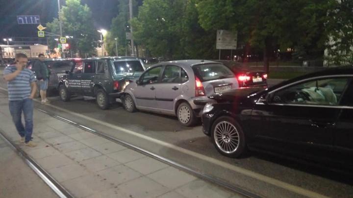 В центре Екатеринбурга мужчина на Volkswagen протаранил две машины, стоявшие на светофоре