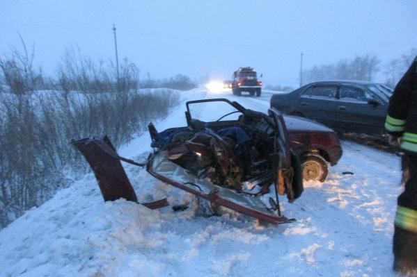 Водителя вырезали из машины с помощью гидравлического инструмента