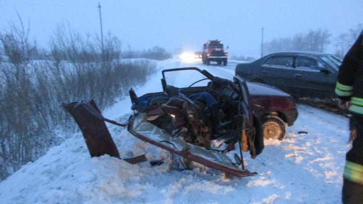 Спасатели отрезали крышу у раскуроченной «Оки», чтобы спасти водителя