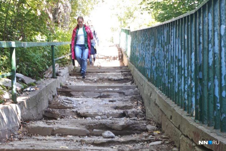 Ходить по разбитой лестнице опасно