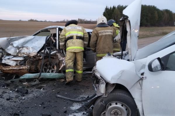 Водитель «Рено» и его пассажир получили менее серьёзные травмы