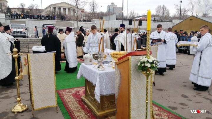 Волгоградцы устроили давку на набережной перед службой митрополита