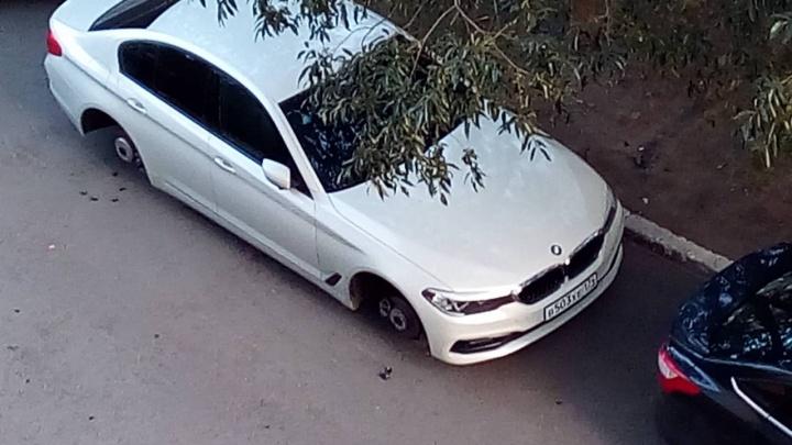 В челябинском дворе второй раз за лето «разули» BMW