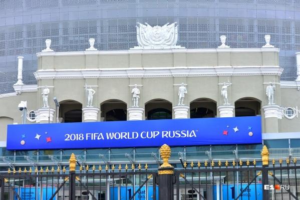 На фасаде стадиона стоят шесть скульптур, только четыре из них изображают спортсменов