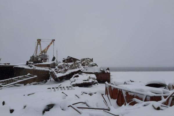 Мусор от утилизации судов так и лежит на берегу