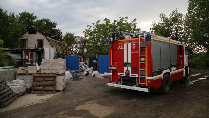 «Все сгорело, пока ездил жене за костылем»: подробности пожара на складе у Мамаева кургана