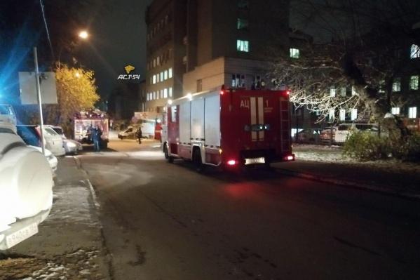 На месте работают несколько пожарных машин