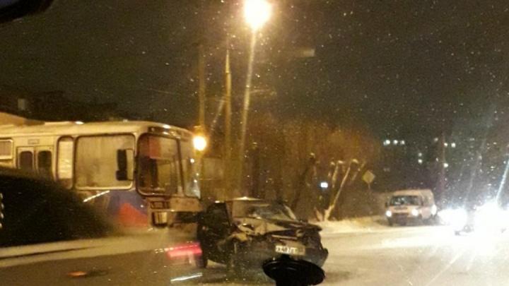 В Кургане легковушка столкнулась с двумя автобусами
