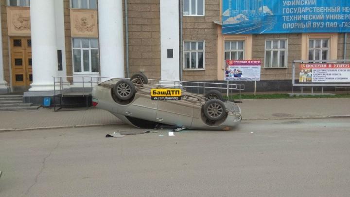 На площади в Уфе перевернулась иномарка