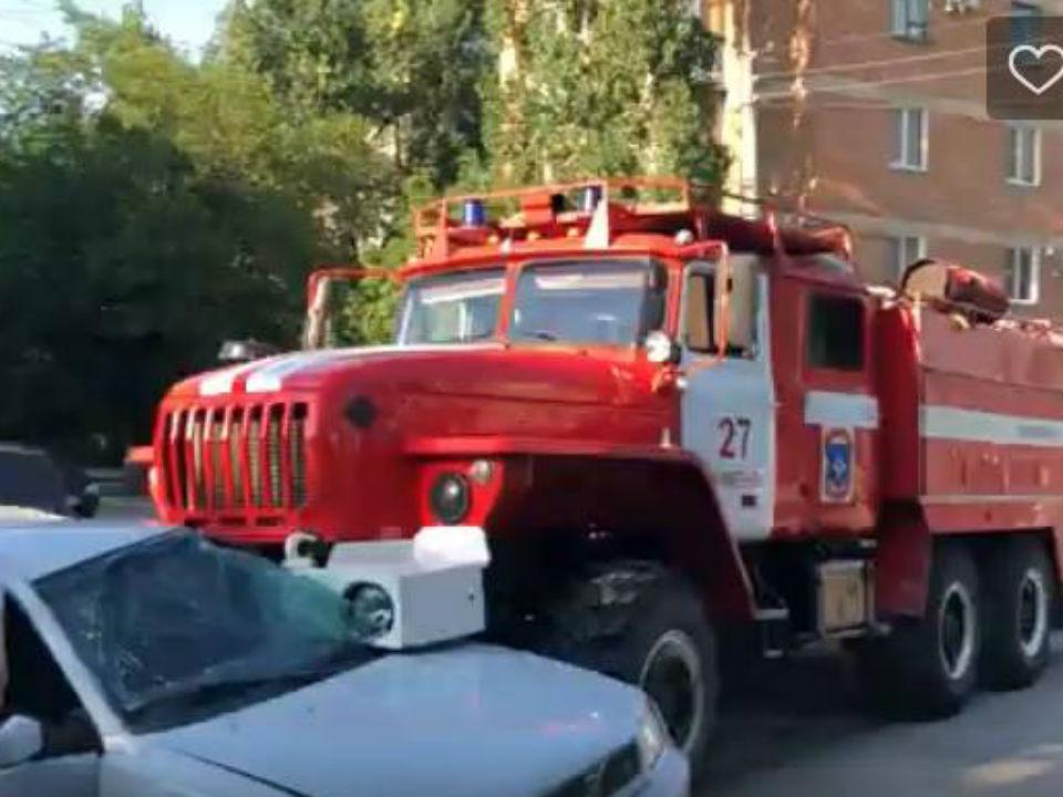 Пожарная машина ехала с включенными маячками, но на перекрестке ей так и не уступили дорогу