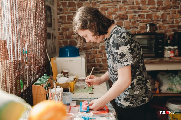 Паше Соболеву всего 12 лет. Но у него уже есть свой маленький магазинчик, в котором он продает мыло ручной работы