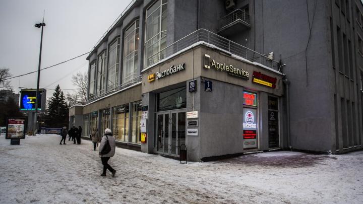 Толпа с битами и газовым баллончиком выбила двери в ночном клубе на улице Ленина
