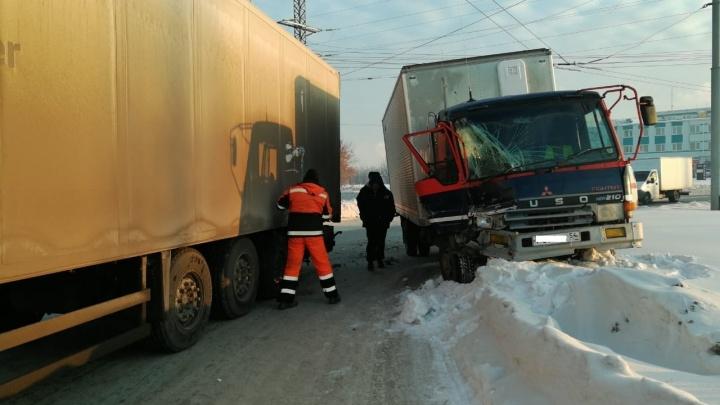 Два грузовика столкнулись на Станционной: на месте аварии работают врачи скорой помощи