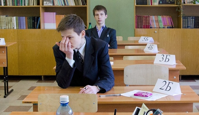 Четырёх выпускников удалили с экзамена по обществознанию за телефоны и шпаргалки