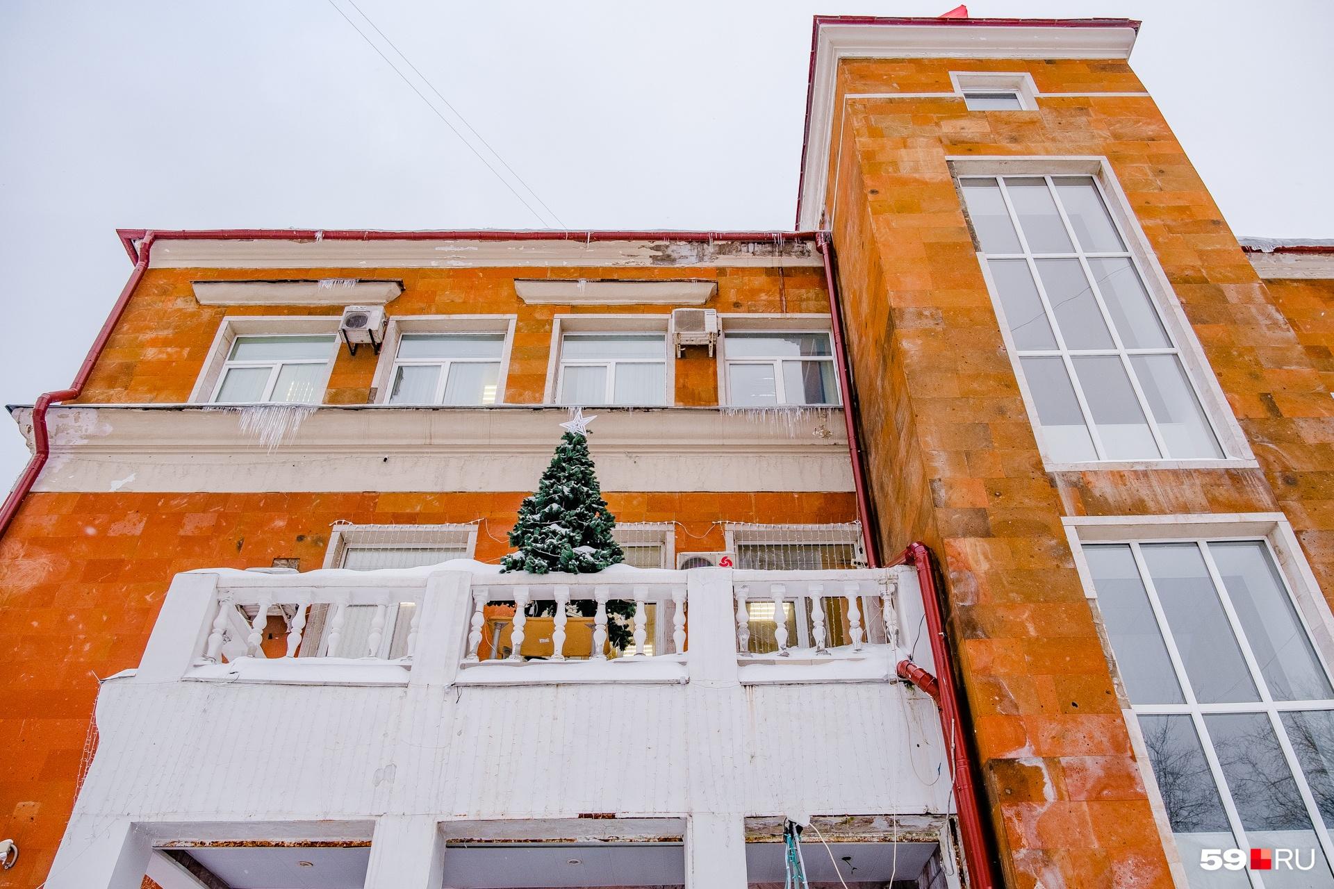 Перила на балконе оформлены фигурными балясинками