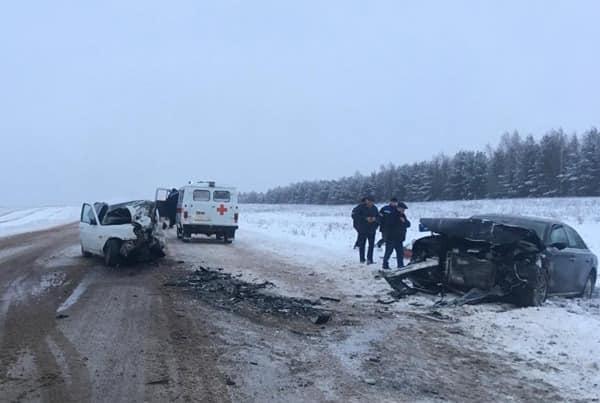 Осталась лишь груда металла: на снежной трассе в Башкирии лоб в лоб столкнулисьAudi A8 и «Приора»