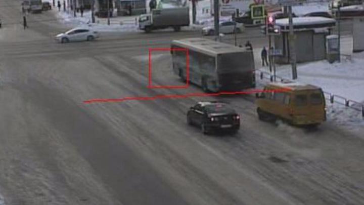 Снег не помеха: камеры на дорогах Челябинска поймают всех, кто заедет за стоп-линию