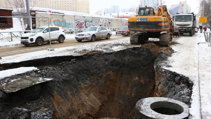 На улице Куйбышева провалился асфальт— недавно там делали ливневку и могли повредить трубу