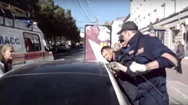 Видео: молодая автомобилистка случайно заблокировала годовалую дочь в «Мерседесе»