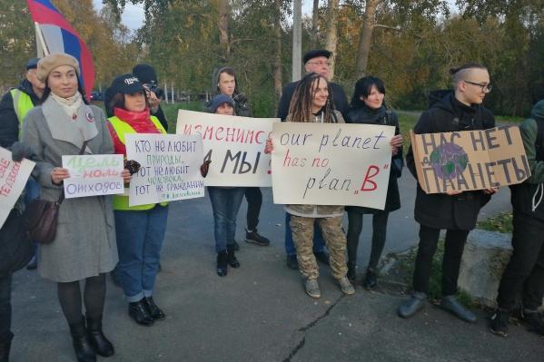 Многие участники принесли с собой плакаты<br>