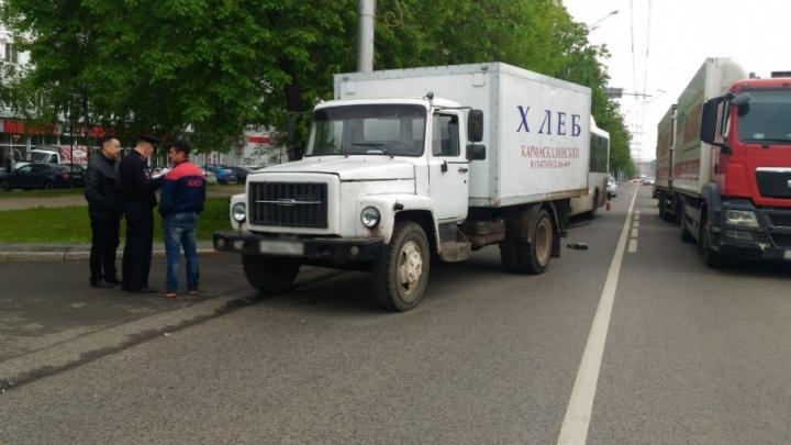 В Уфе пассажирский НЕФАЗ въехал в грузовик с хлебом