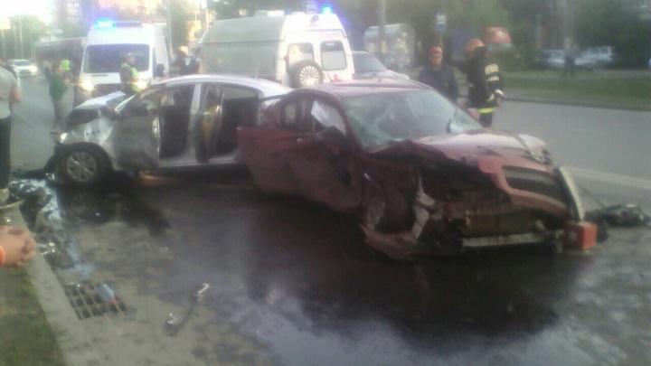 «Есть несколько пострадавших»: на бульваре Гагарина столкнулись две иномарки