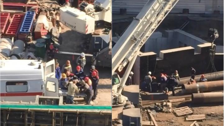 На стройке на Ударной, где погибли трое, упавшая труба придавила рабочего