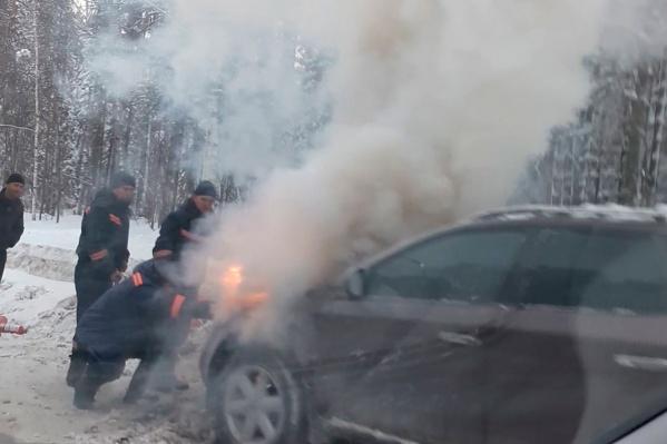 Машина сгорела на обочине Университетского проспекта в Академгородке