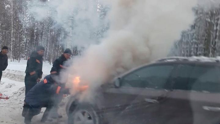 Видео: над Академгородком поднялся столб дыма от горящей машины