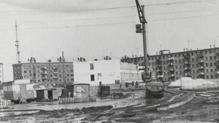 Тонущие в лужах машины и деревянные тротуары. Сравниваем современные и архивные фото весенней Тюмени