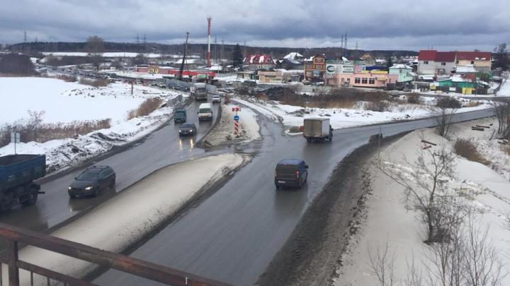 На выезде из Екатеринбурга в Верхнюю Пышму, где скапливались дикие пробки, изменили схему движения