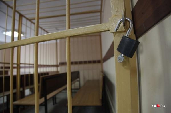 Суд рассмотрит вопрос о заключении сотрудника колонии под стражу