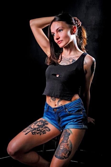 Майской победительницей конкурса татуированных красавиц салонаAlpha.Tattoo стала девушка по имени Джо