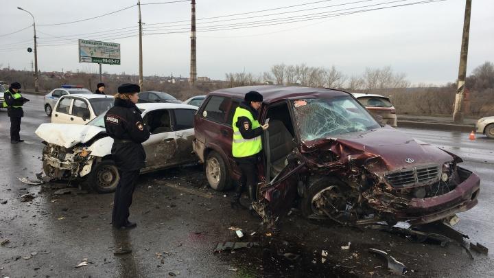 В больнице виновник ДТП и пассажир: полиция установила обстоятельства массовой аварии на Второй продольной