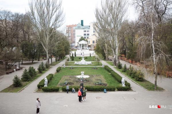 Прохожие пожаловались на голого мужчину в парке Горького