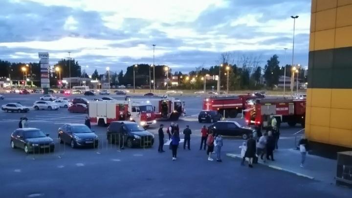 Пожарные и скорые приехали за пять минут: эвакуация в торговом центре «Рио»