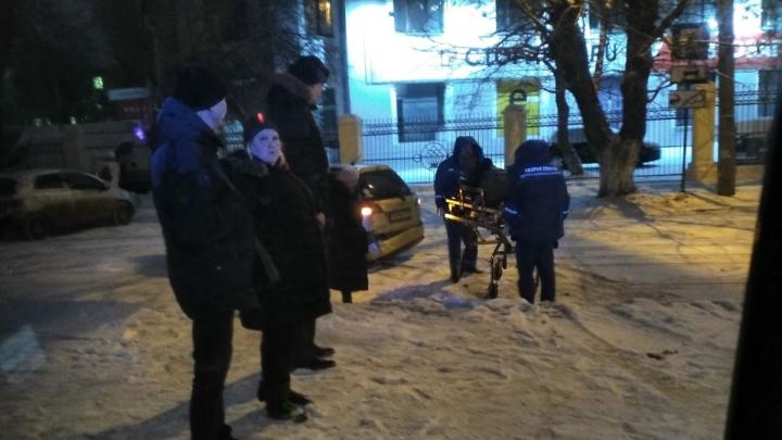 «Водитель в истерике»: в Челябинске иномарка влетела в толпу рабочих на тротуаре