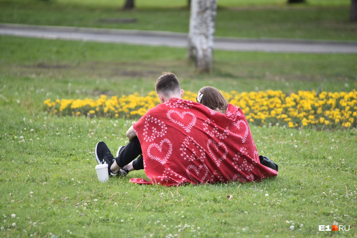 Месяц после битвы. В сквер у Драмы люди собрались на пикник в честь падения забора