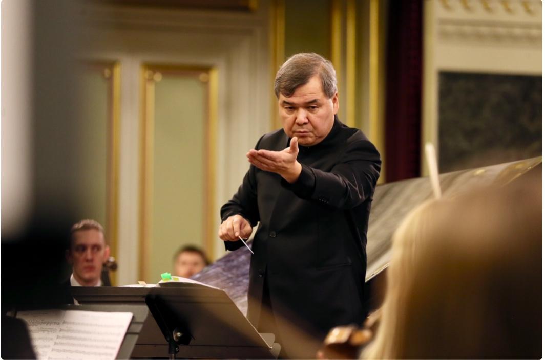 Руководит коллективомзаслуженный артист России Адик Абдурахманов