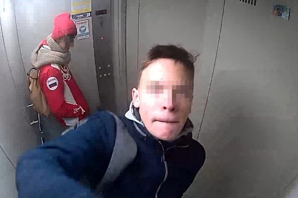 Подростки поднялись в лифте на открытый чердак, где устроили ЧП