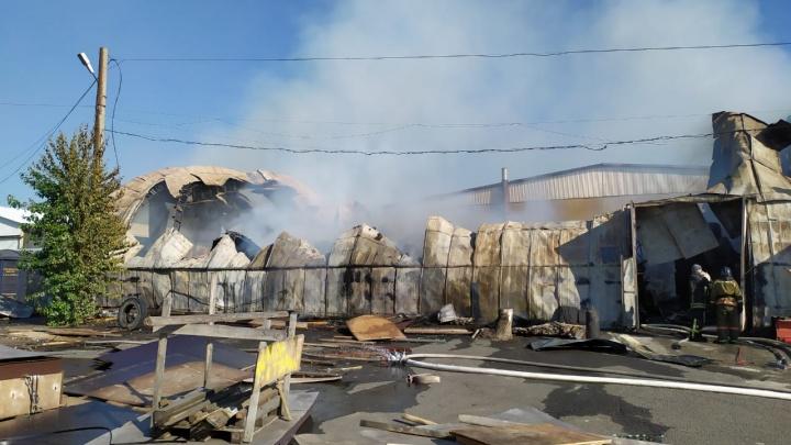 Что осталось от сгоревшего ангара с фанерой на Северном шоссе. Видео